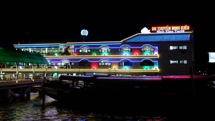 Ăn-tối-trên-du-thuyền-Ninh-kiều