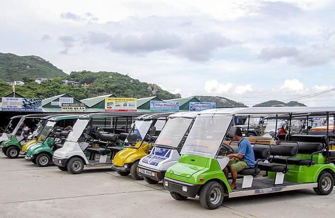 đi xe điện trên đảo Bình Ba